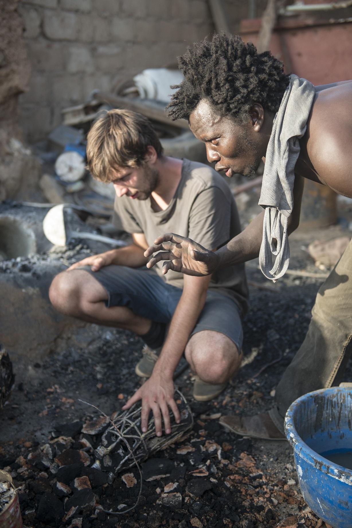 Démonstration de fonte de bronze avec Alphonse Ouedraogo