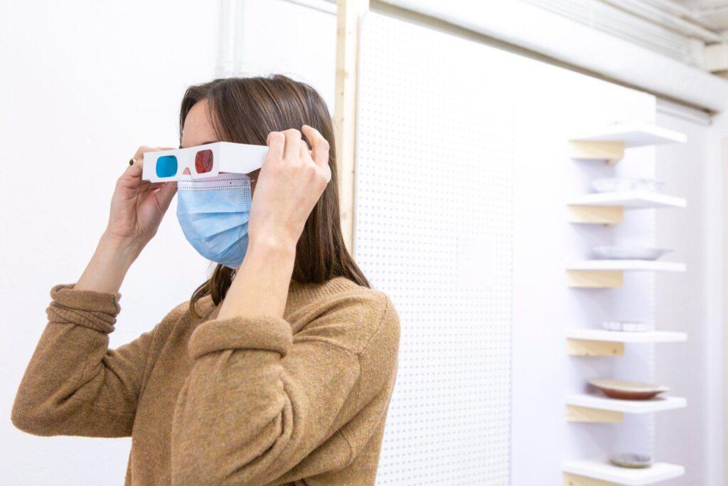 Des lunettess à verres bleu et rouge pour voir l'œuvre textile de Clotilde wuthrich en 3D